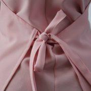 Grembiule rosa stampato con fibbia particolare